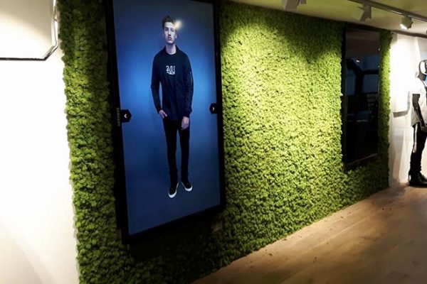 De moswand van rendiermos bij BALR Amsterdam is 100% duurzaam